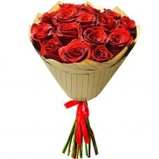 Букет Красные розы в крафте из 15 р...